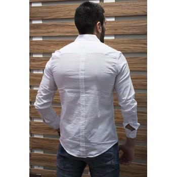 Изчистена риза в бял цвят